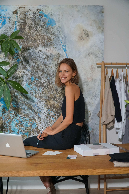la fundadora de AlexKo da una entrevista en su despacho