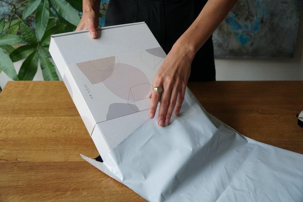 Scatola con fascia e sacchetto postale bianco