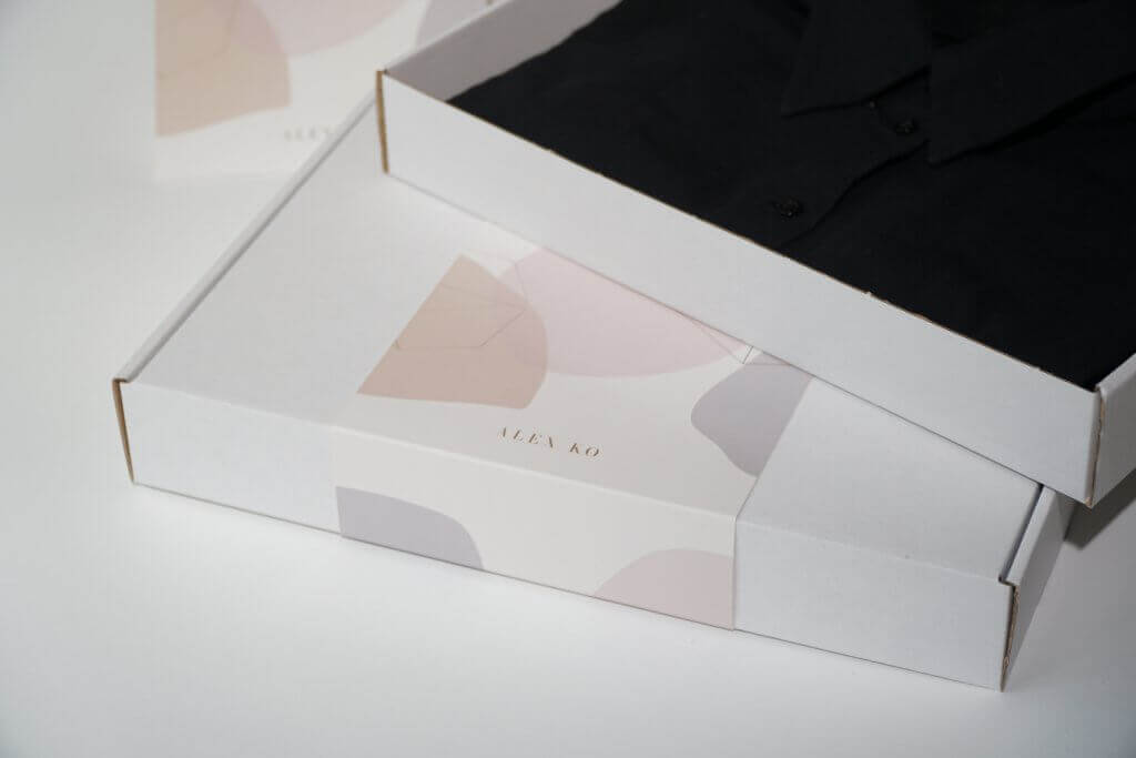 Boîtes ouverte avec un vêtement Alex Ko
