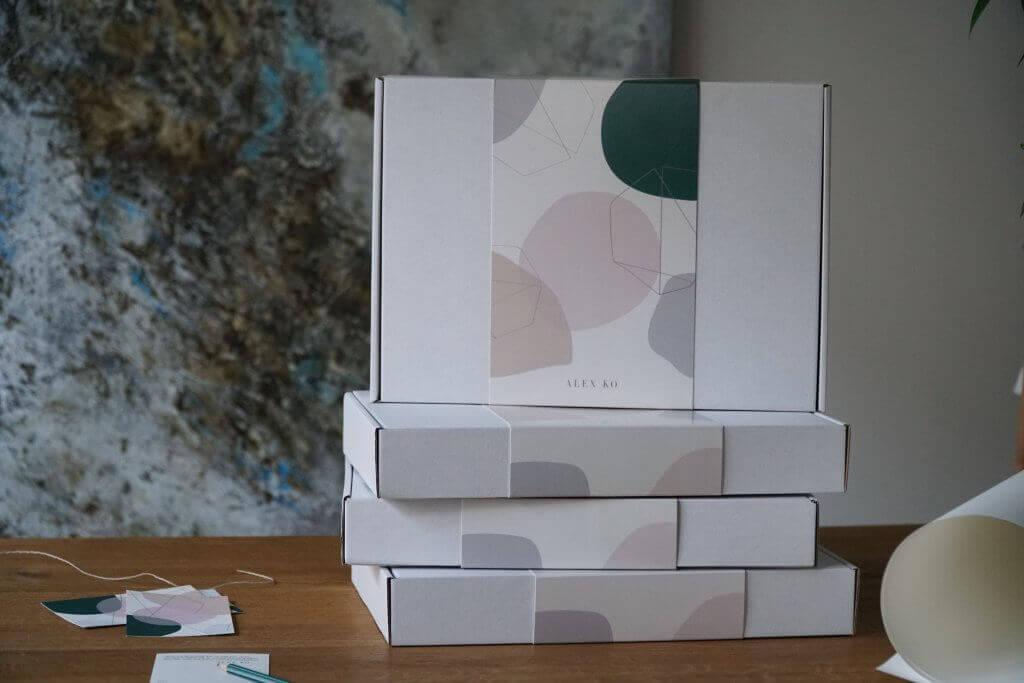 Boîtes avec bandeau Alex Ko empilées