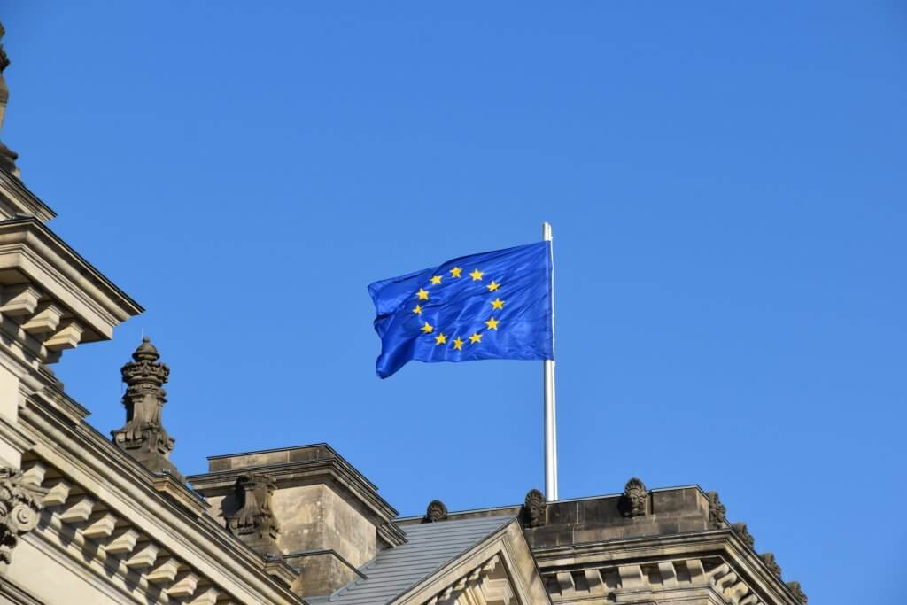 Eurpäische Flagge auf einem Dach