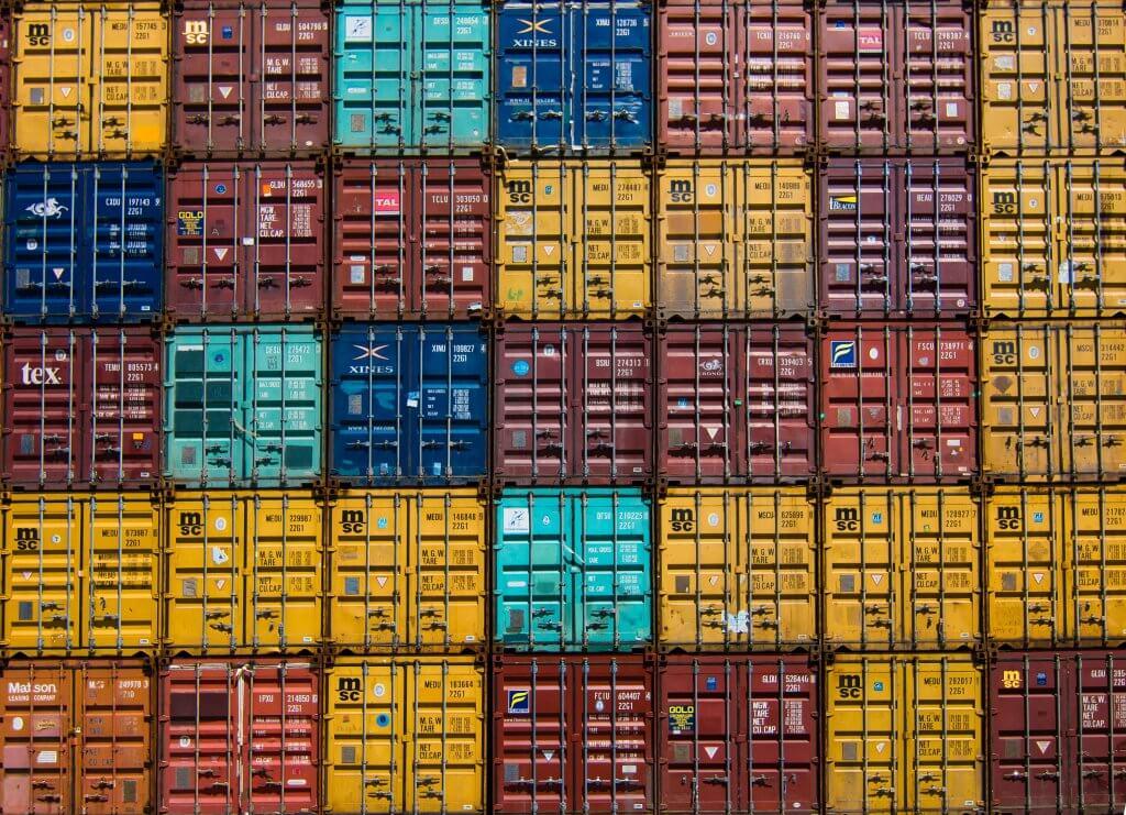 Viele Versand Container aufeinander gestapelt von vorne