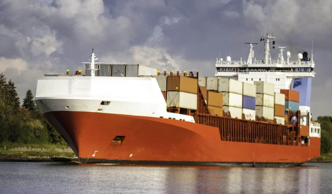 Cargo transportant des containers de produits sur un fleuve