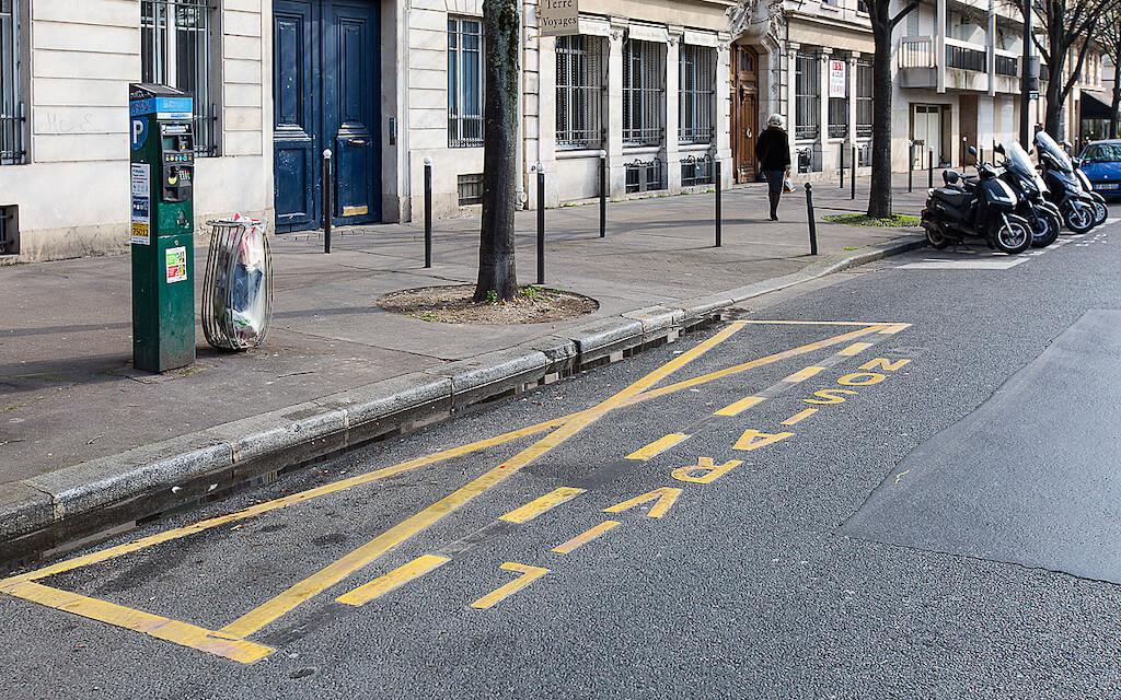 Place pour un camion de livraison dans les rues de Paris