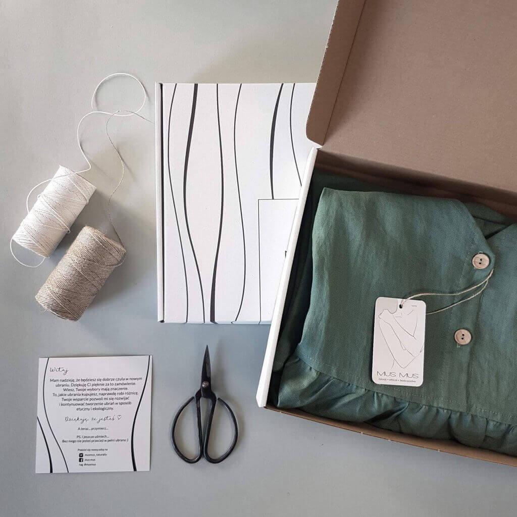 caja con ropa y varios utensilios de costura