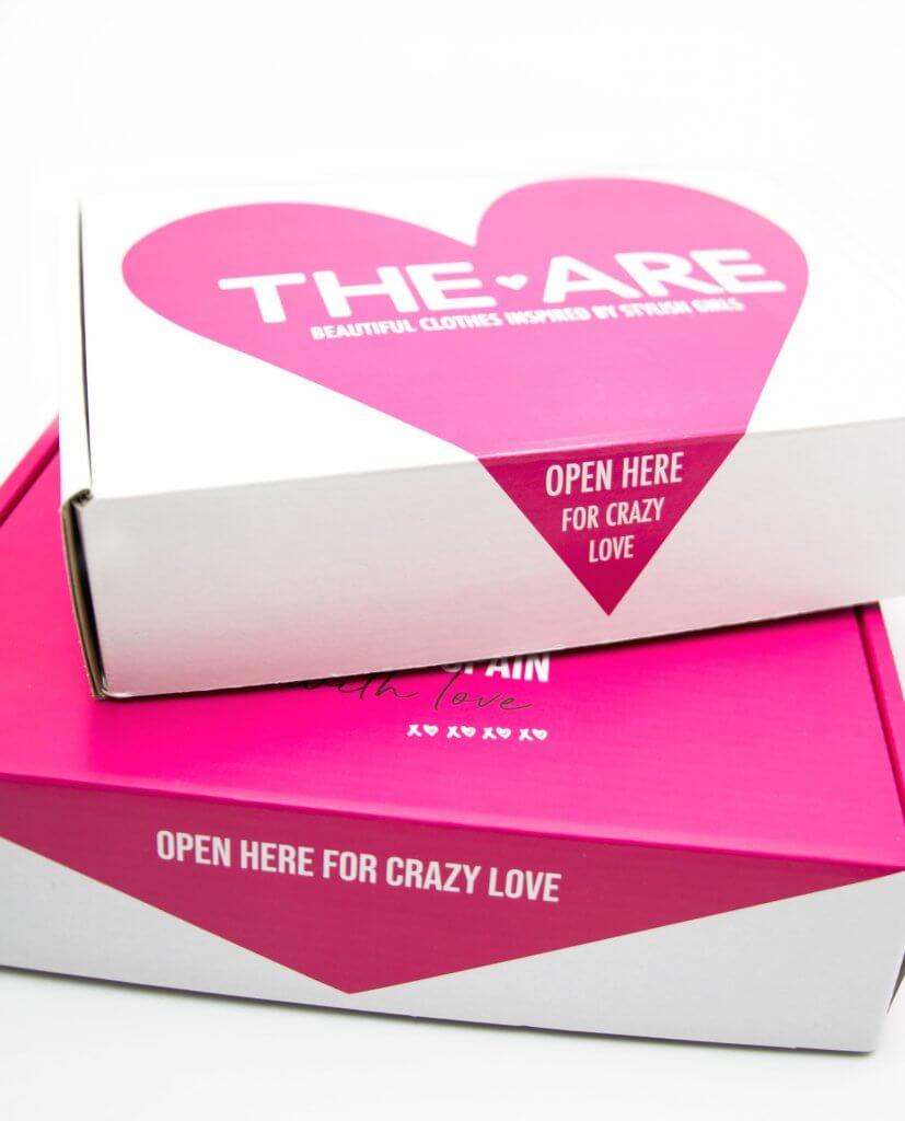 dos cajas postales de la marca THE ARE