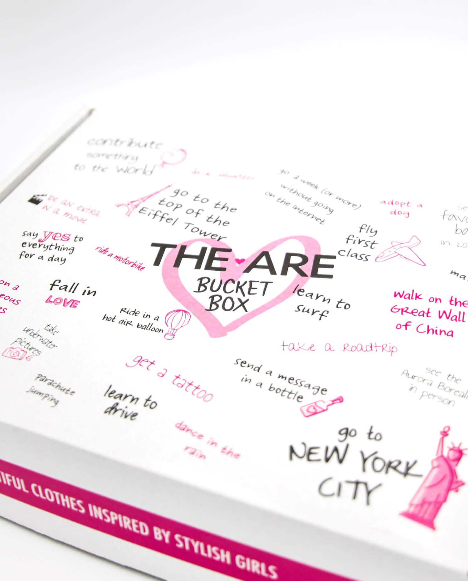 una caja blanca y rosa con varias inscripciones