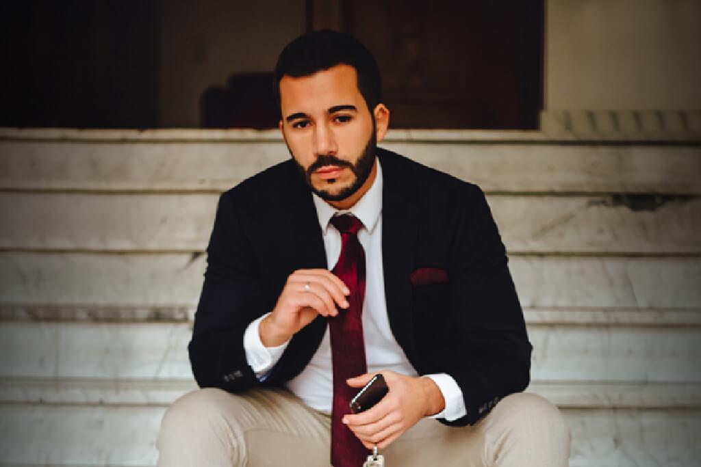 Homme d'affaires assis sur un escalier