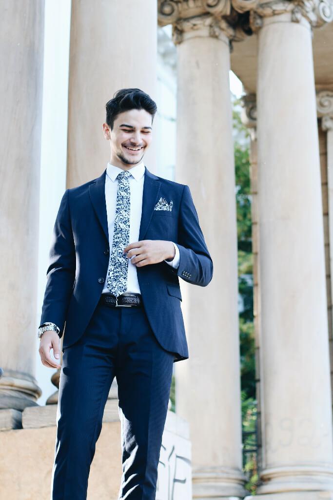 Homme d'affaires en costume et souriant