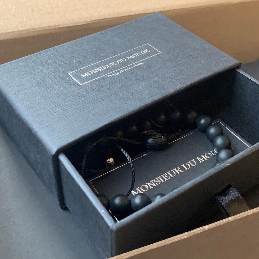 Boîte Monsieur du Monde ouverte avec des accessoires