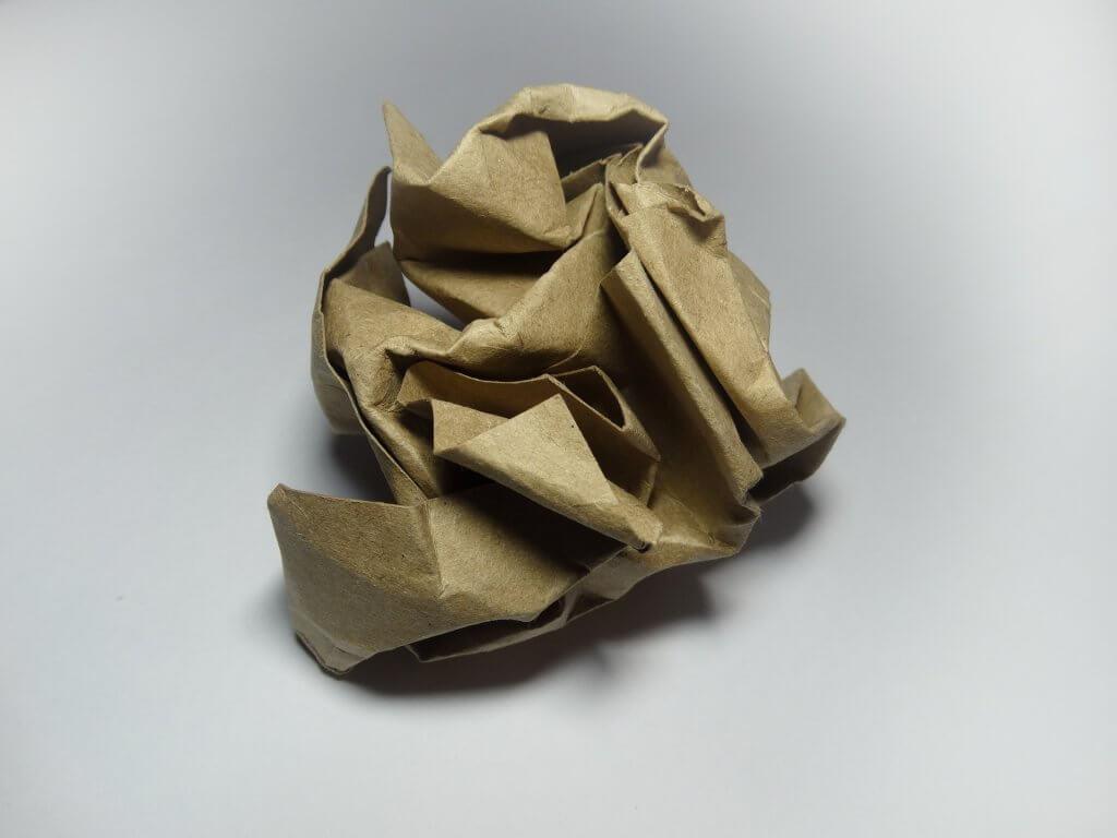 un trozo de papel kraft arrugado