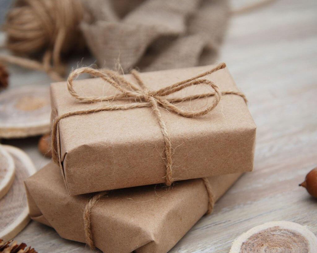 cajas pequeñas forradas con papel kraft y un lazo