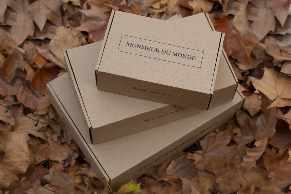tres cajas de cartón colocadas en una pila