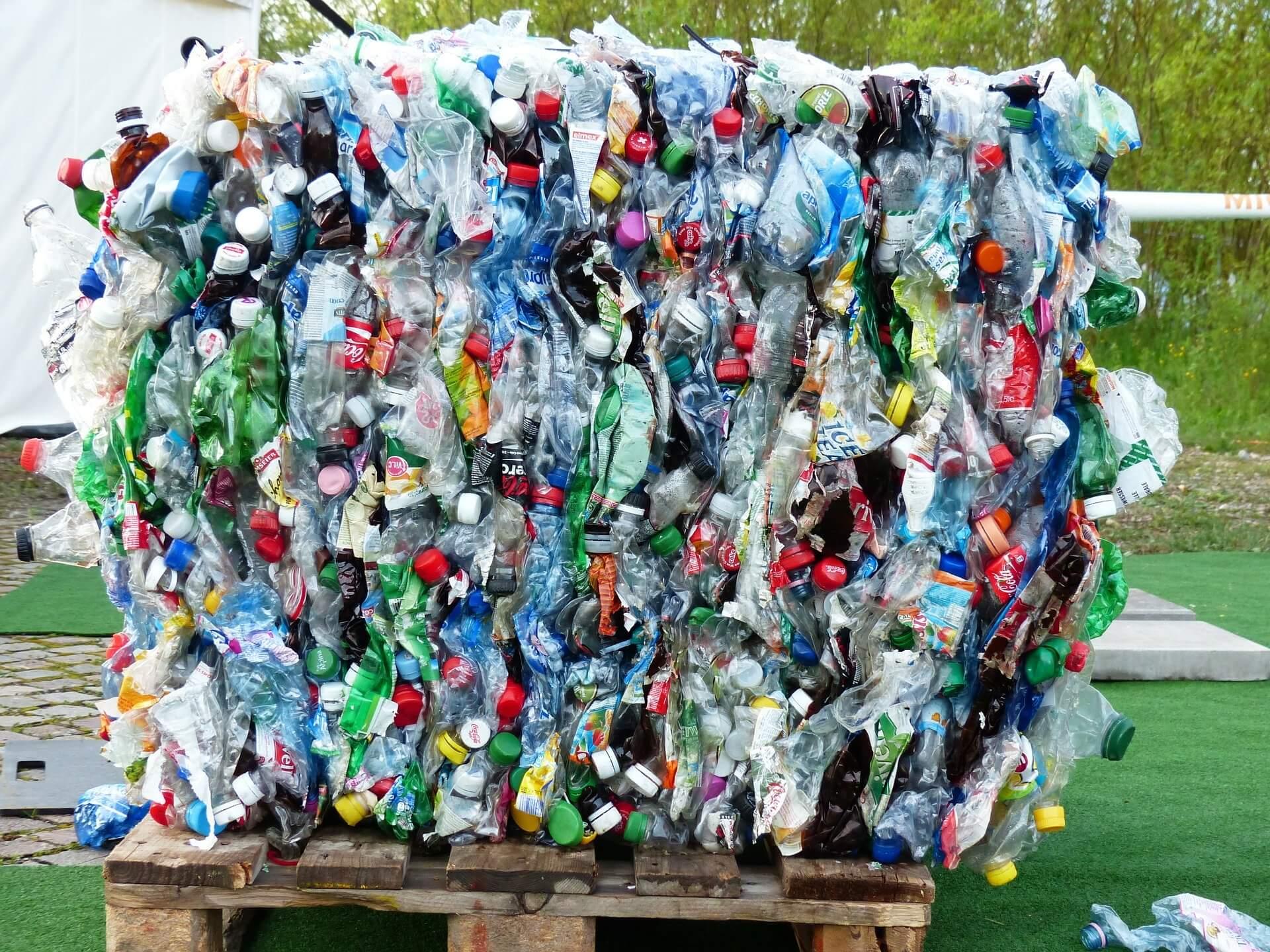 varias botellas de plástico apiladas
