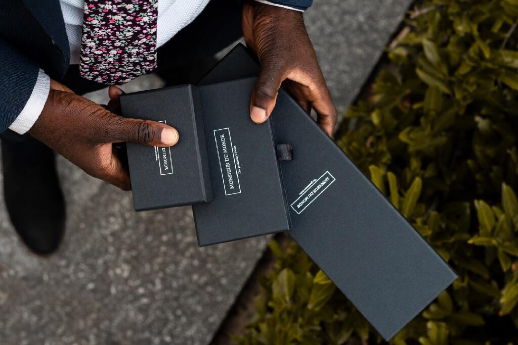 mani che tengono packaging Monsieur du Monde in tre misure differenti