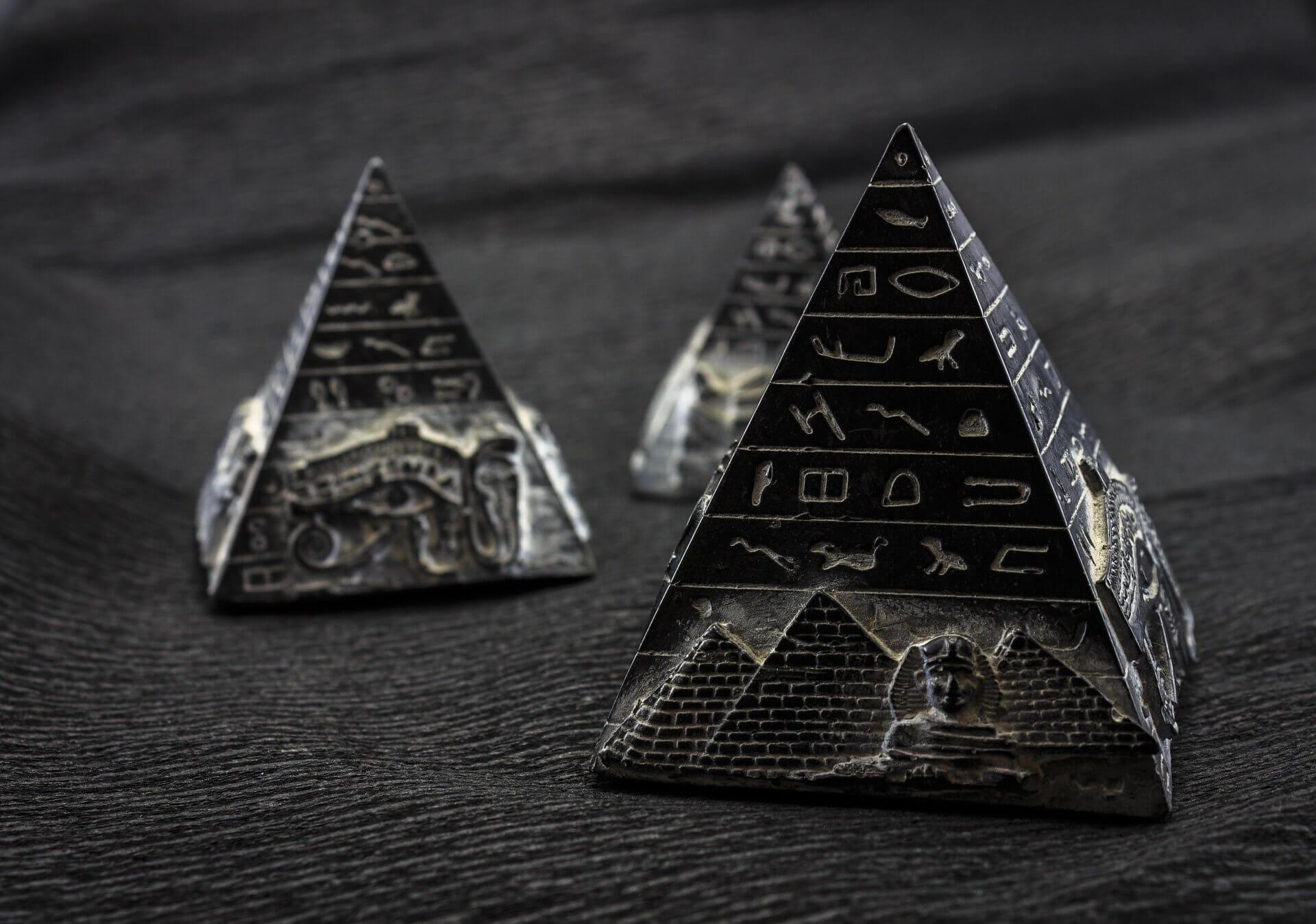 dos pequeñas pirámides del Antiguo Egipto