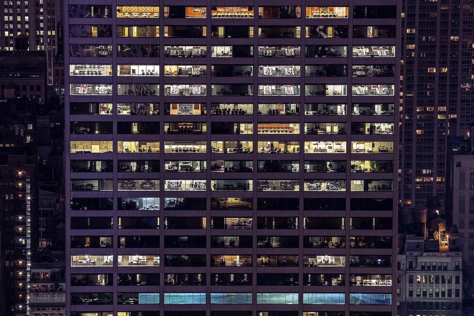 Bâtiment de bureaux avec les lumières allumées la nuit