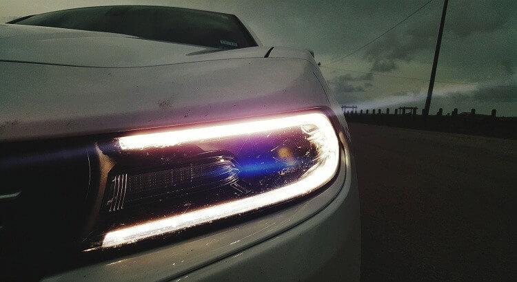 Phares d'une voiture avec des LED