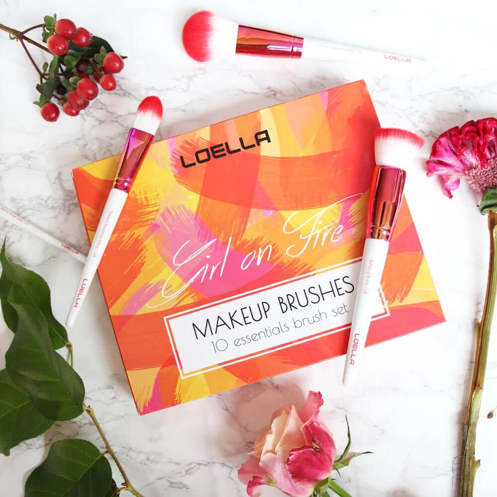 Pinceaux de maquillage et boîte Loella avec des fleurs