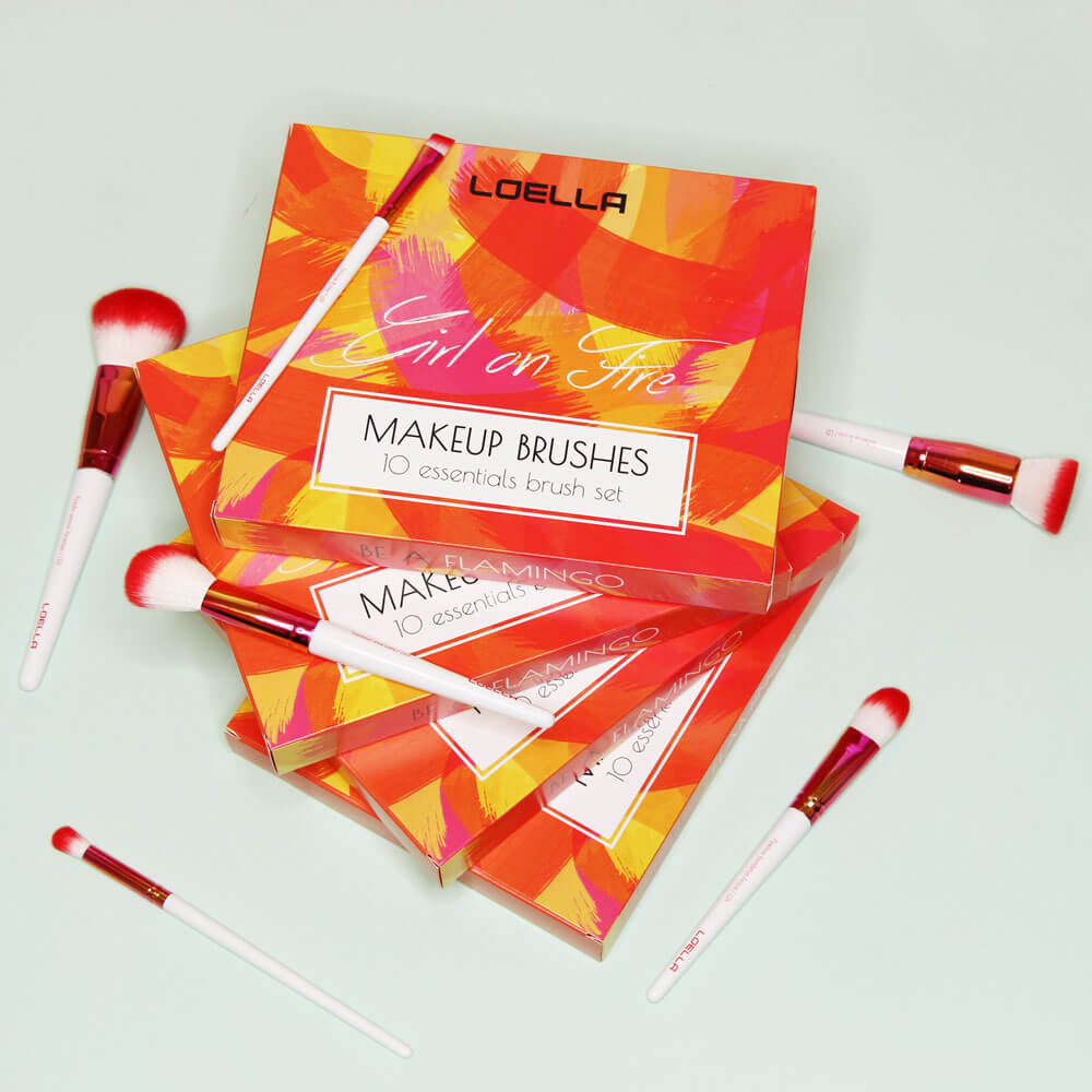 Pile de boîtes d'emballage de Loella Cosmetics pour ses pinceaux