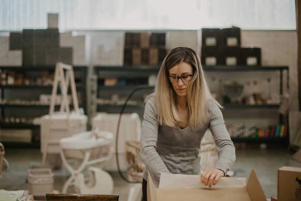 Charlotte Chevalier, la fondatrice qui prépare une commande