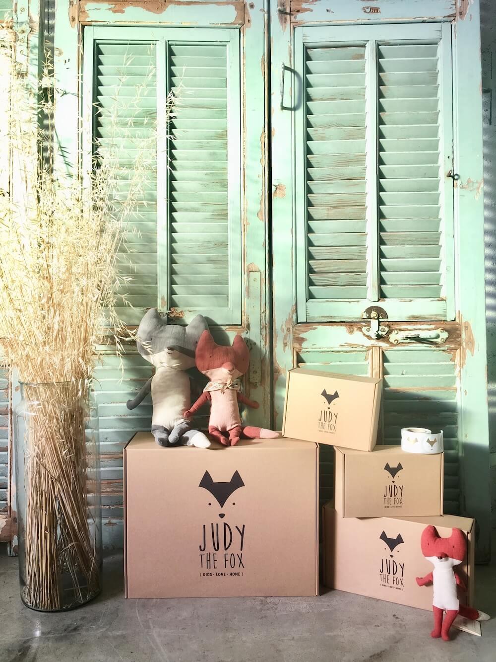 Peluches et boîtes Judy the Fox devant un volet dépeint