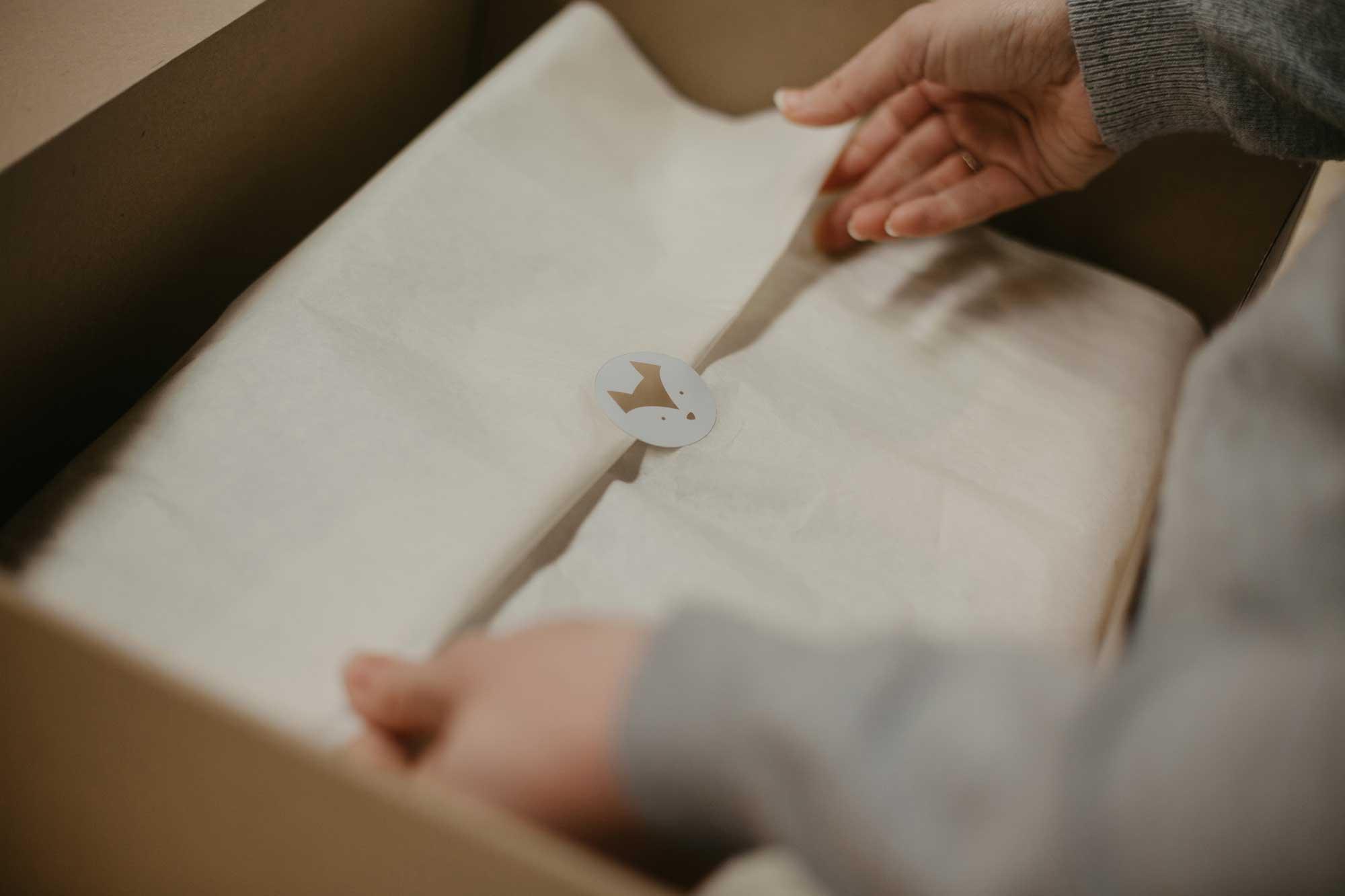 Emballage d'un colis Judy the Fox avec du papier de soie