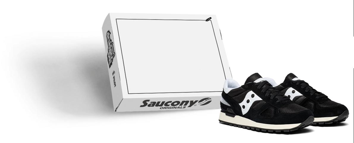 Sneakers Saucony à côté d'une boîte vierge pour le concours