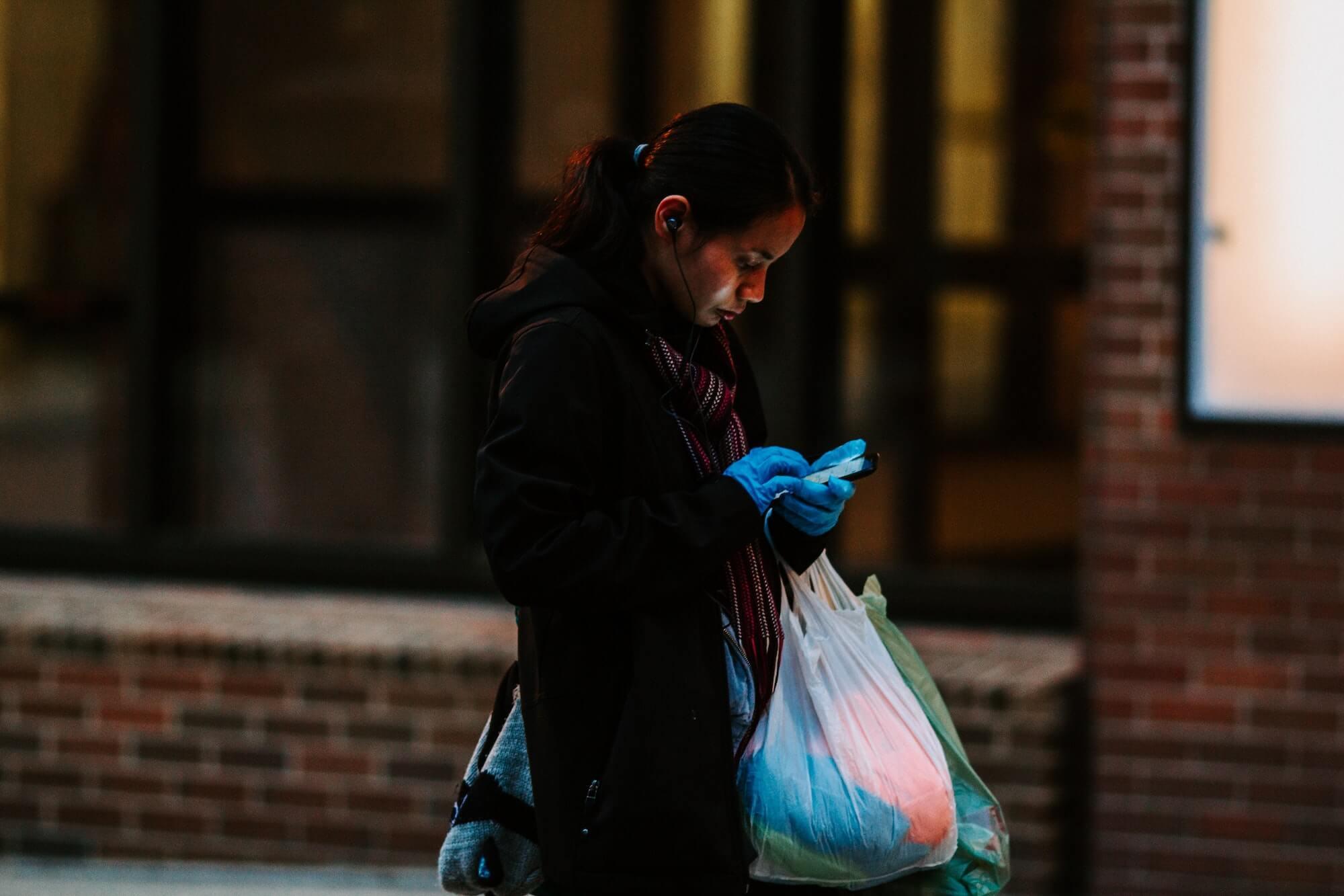 Femme avec des sacs plastiques de courses