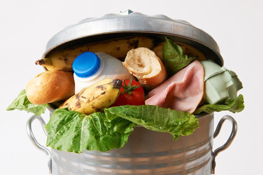Aliments jetés dans une poubelle