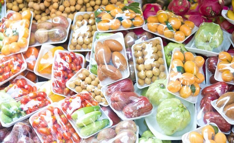 Fruits vendus emballés dans des barquettes