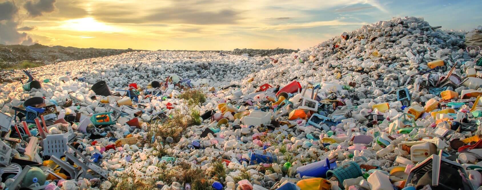 Quantité énorme de déchets plastiques entassés