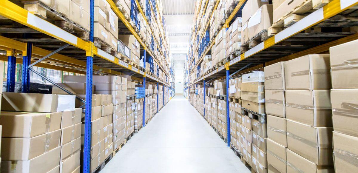 Rangées de cartons d'emballage dans un entrepôt