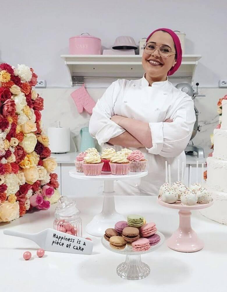 la dueña de The Hayati Bakery en su tienda