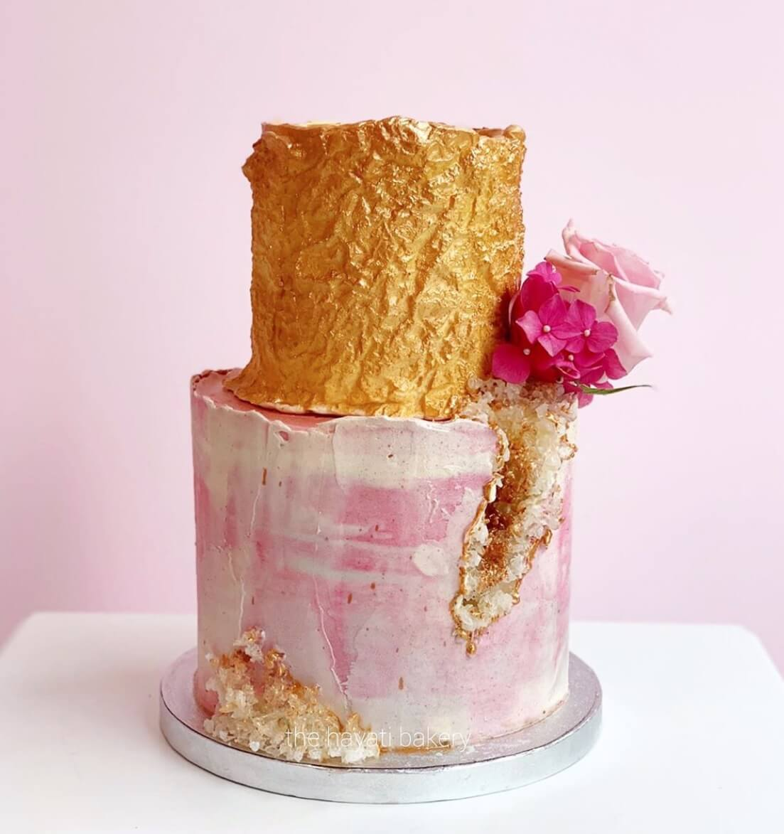una tarta de dos pisos de The Hayati Bakery