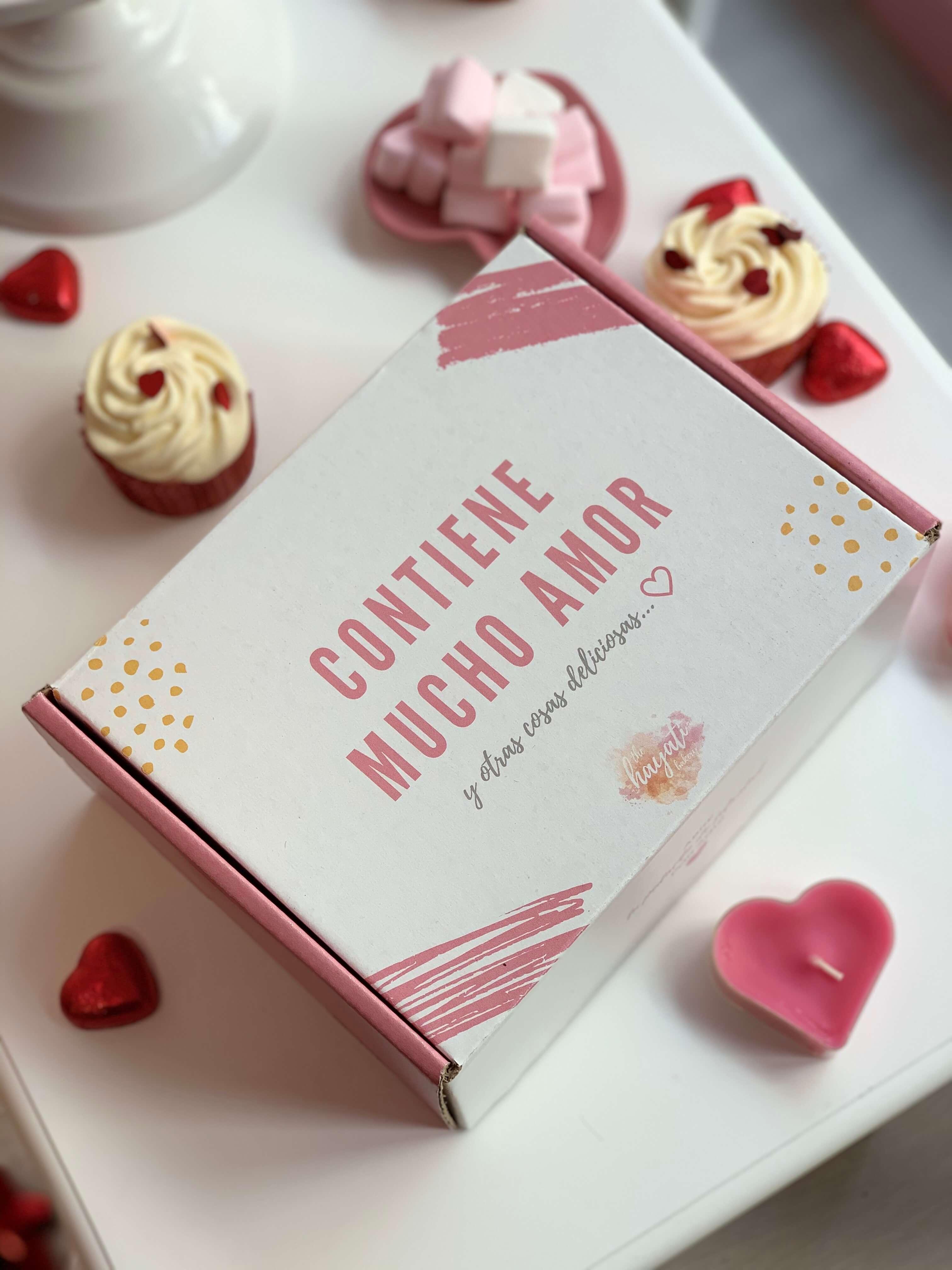una caja blanca y rosa para guardar y enviar dulces