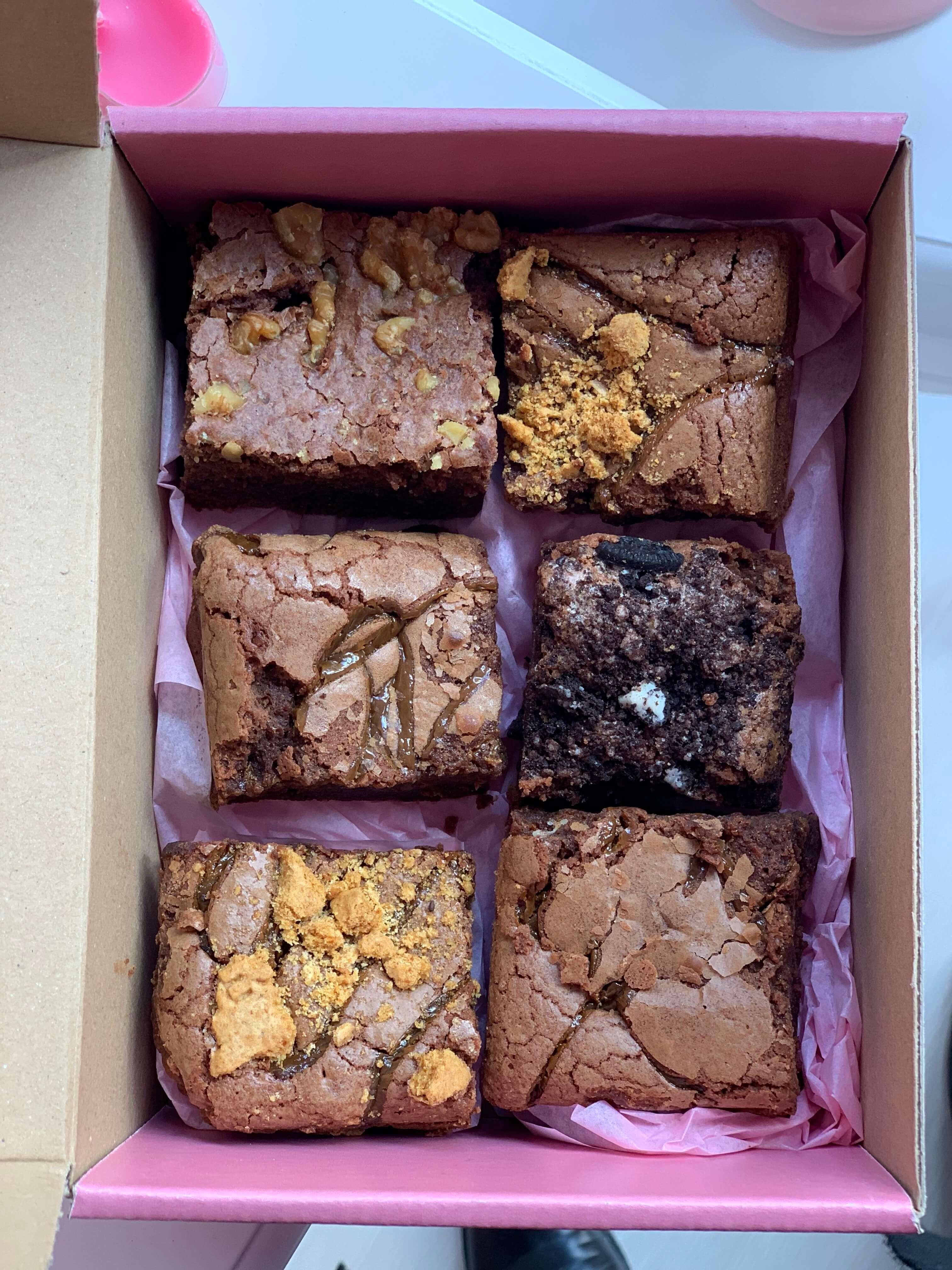 seis brownies de chocolate en una caja de cartón
