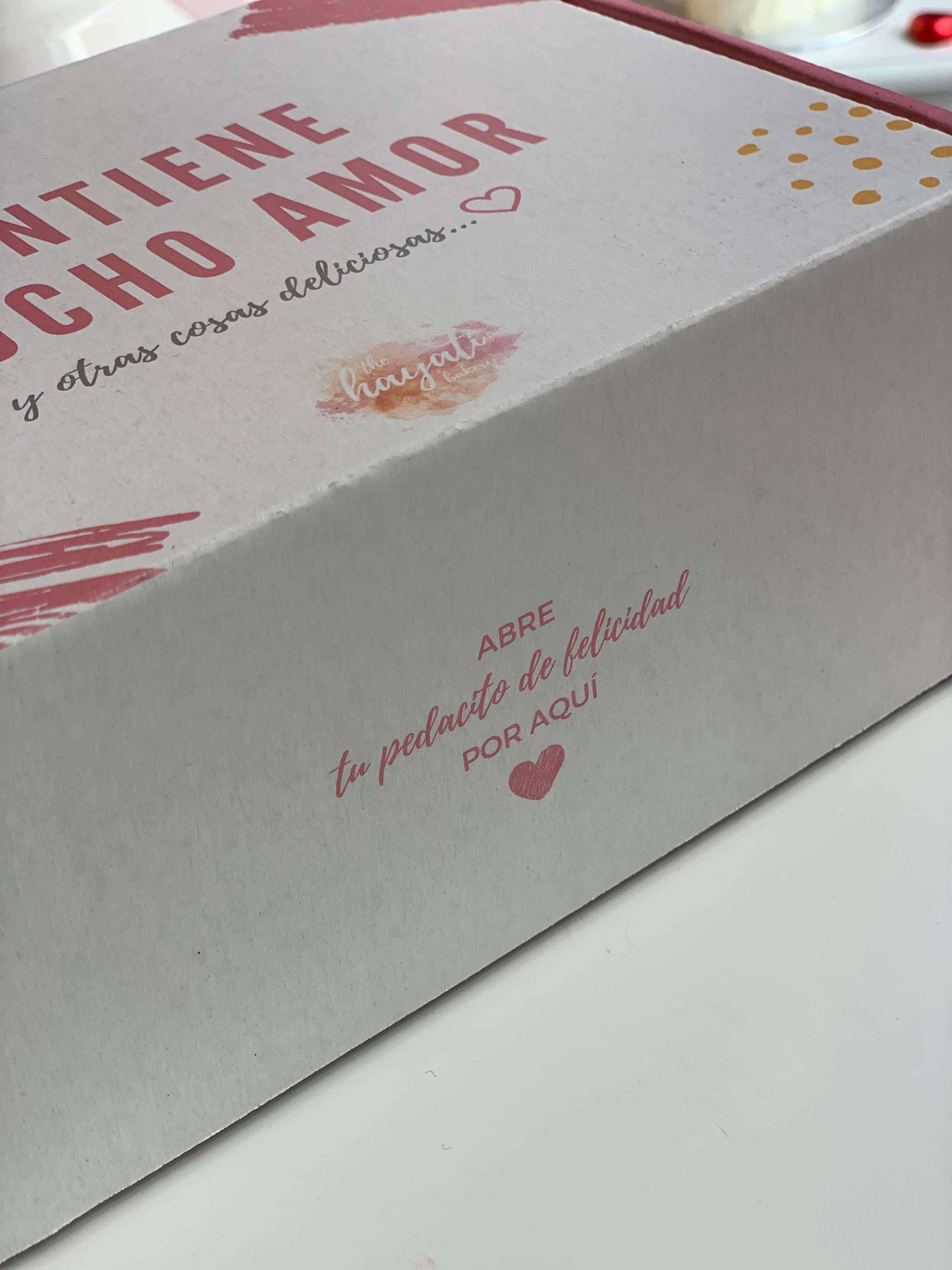 caja postal blanca con una inscripción