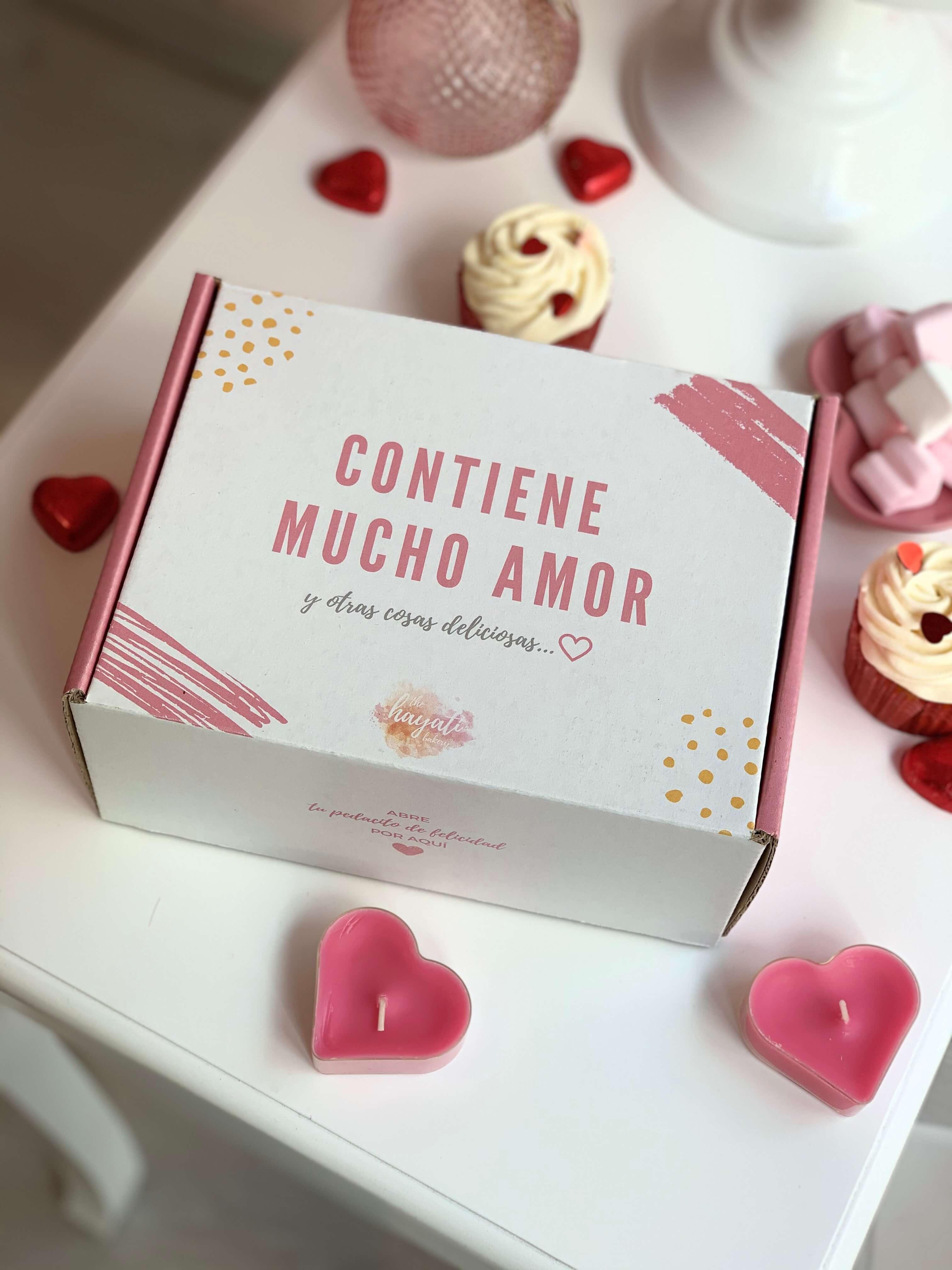 caja de cartón blanca y rosa para enviar dulces