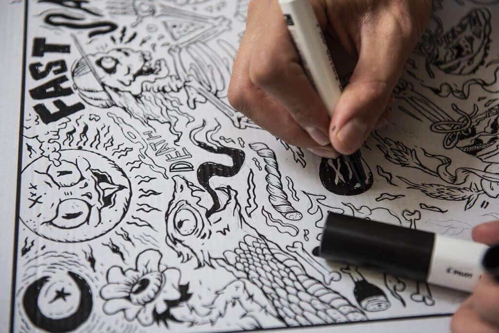 Un diseño en blanco y negro y hecho de forma manual