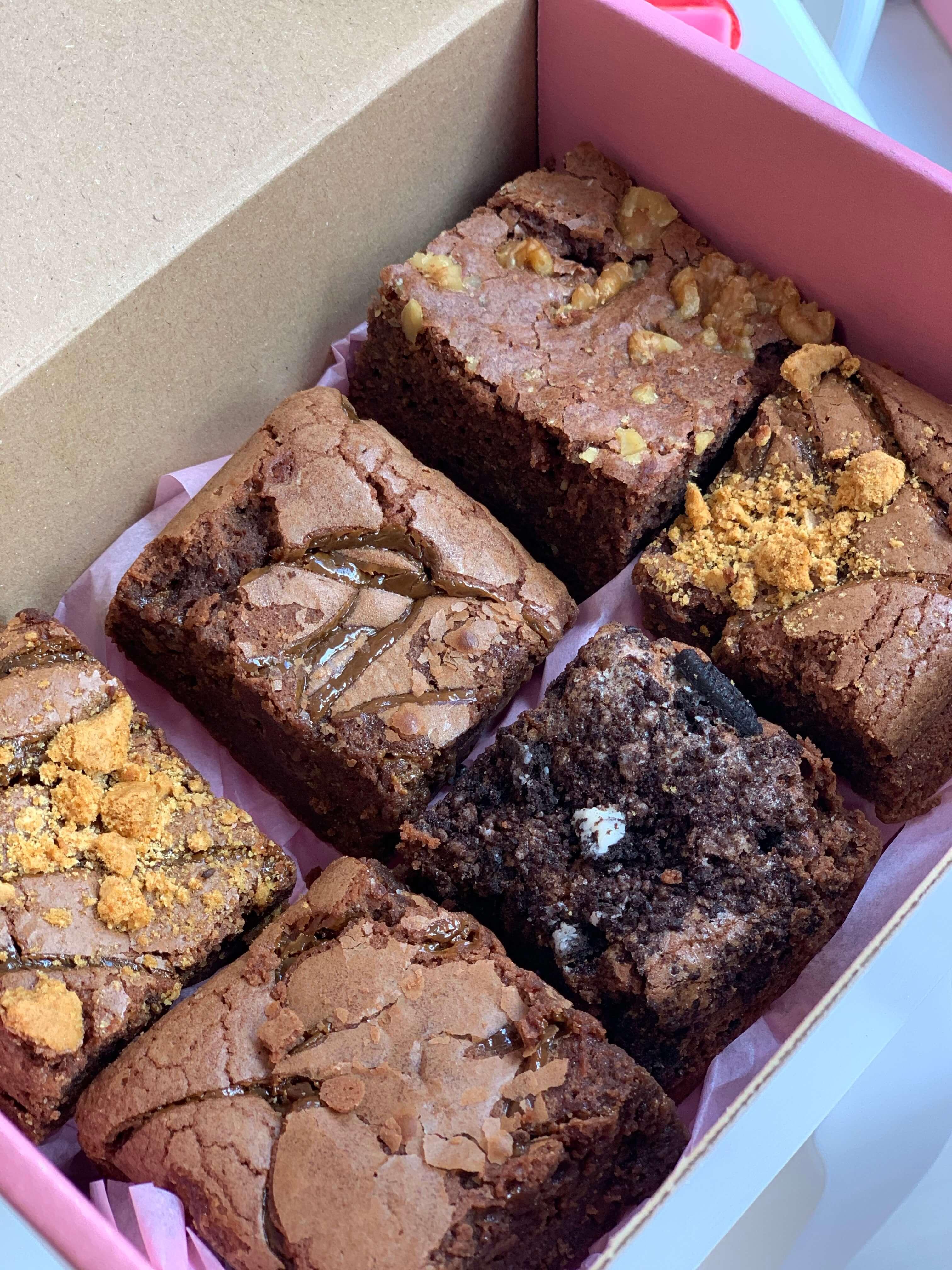 brownie de chocolate dentro de una caja de cartón