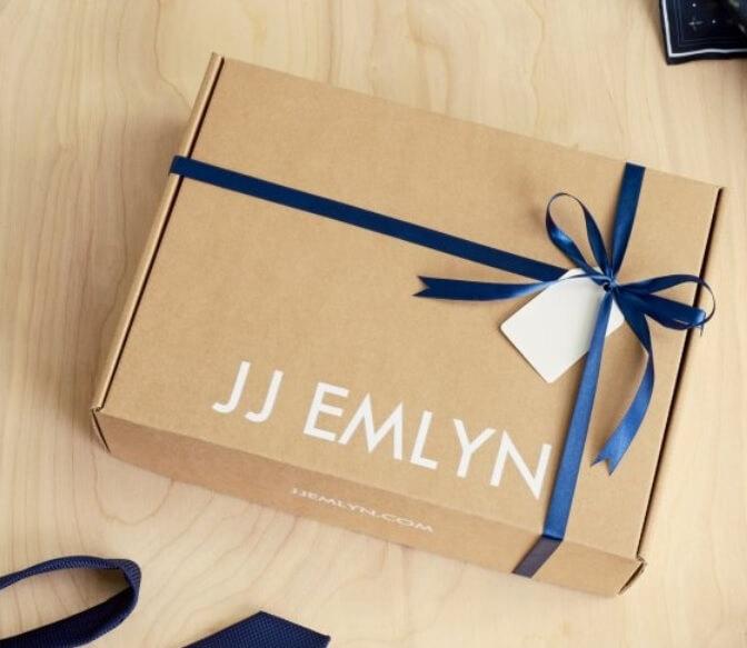 caja de cartón kraft con un lazo azul