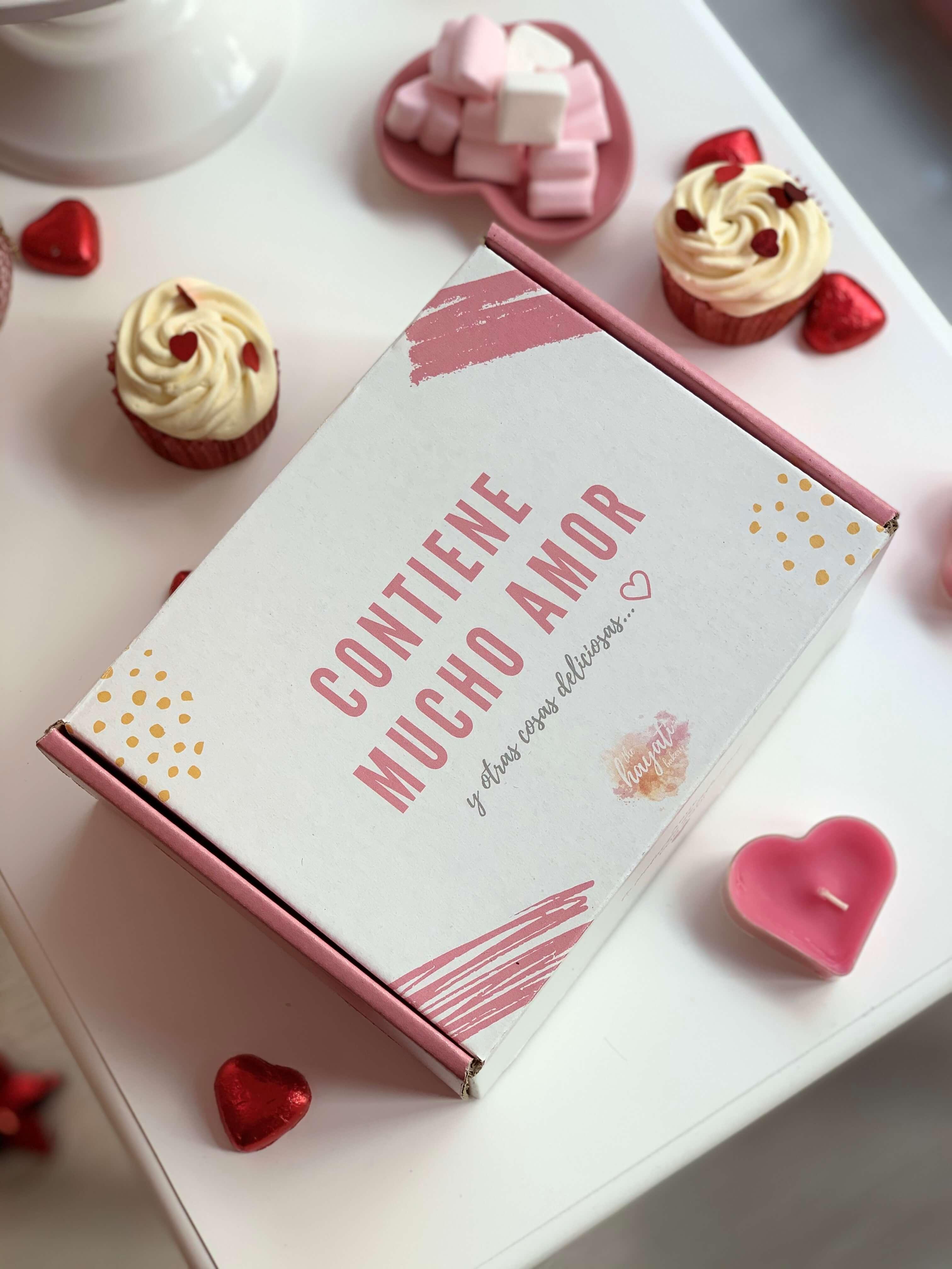 caja de cartón blanca y rosa para guardar dulces