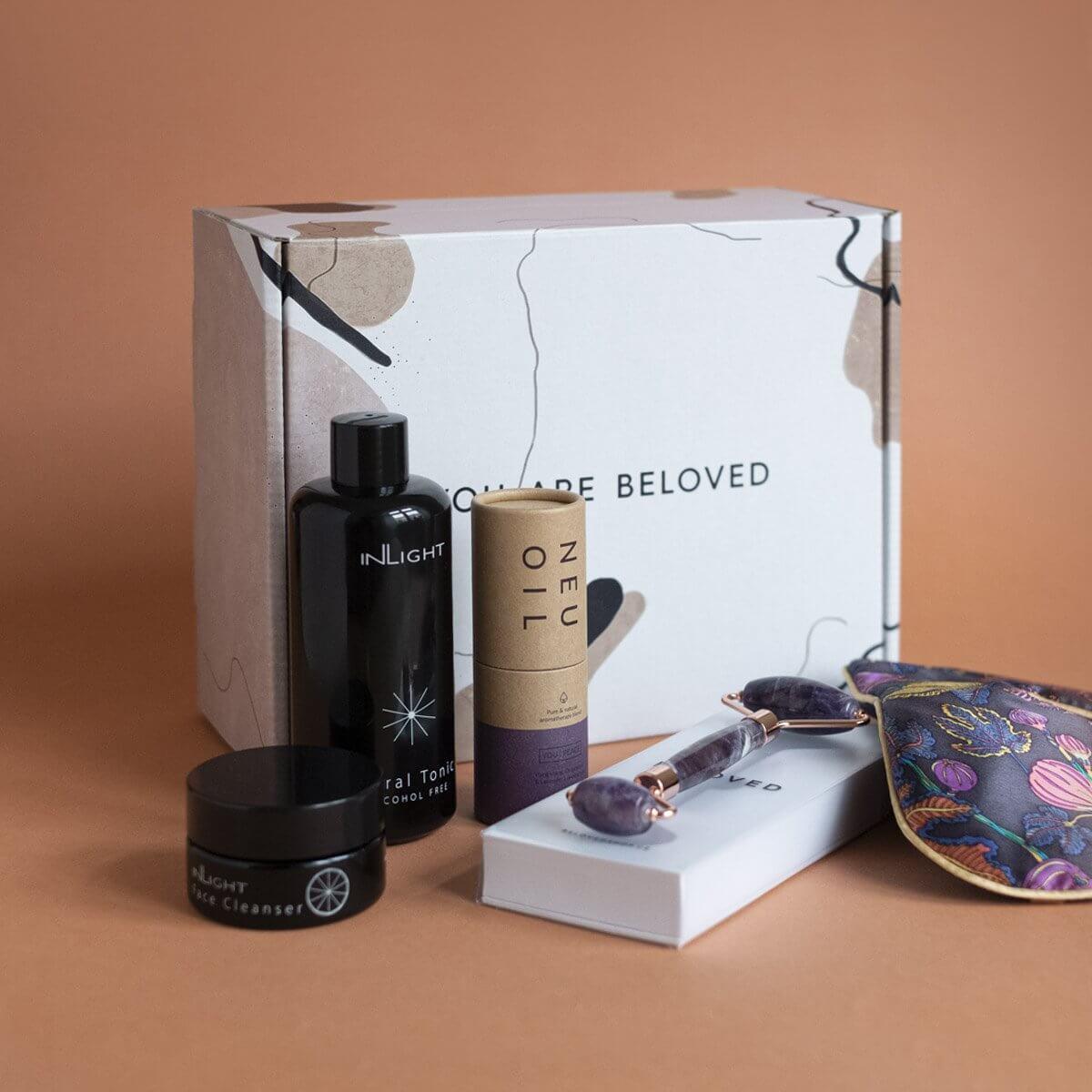 Produits cosmétiques de Beloved Shop devant leur boîte d'emballage
