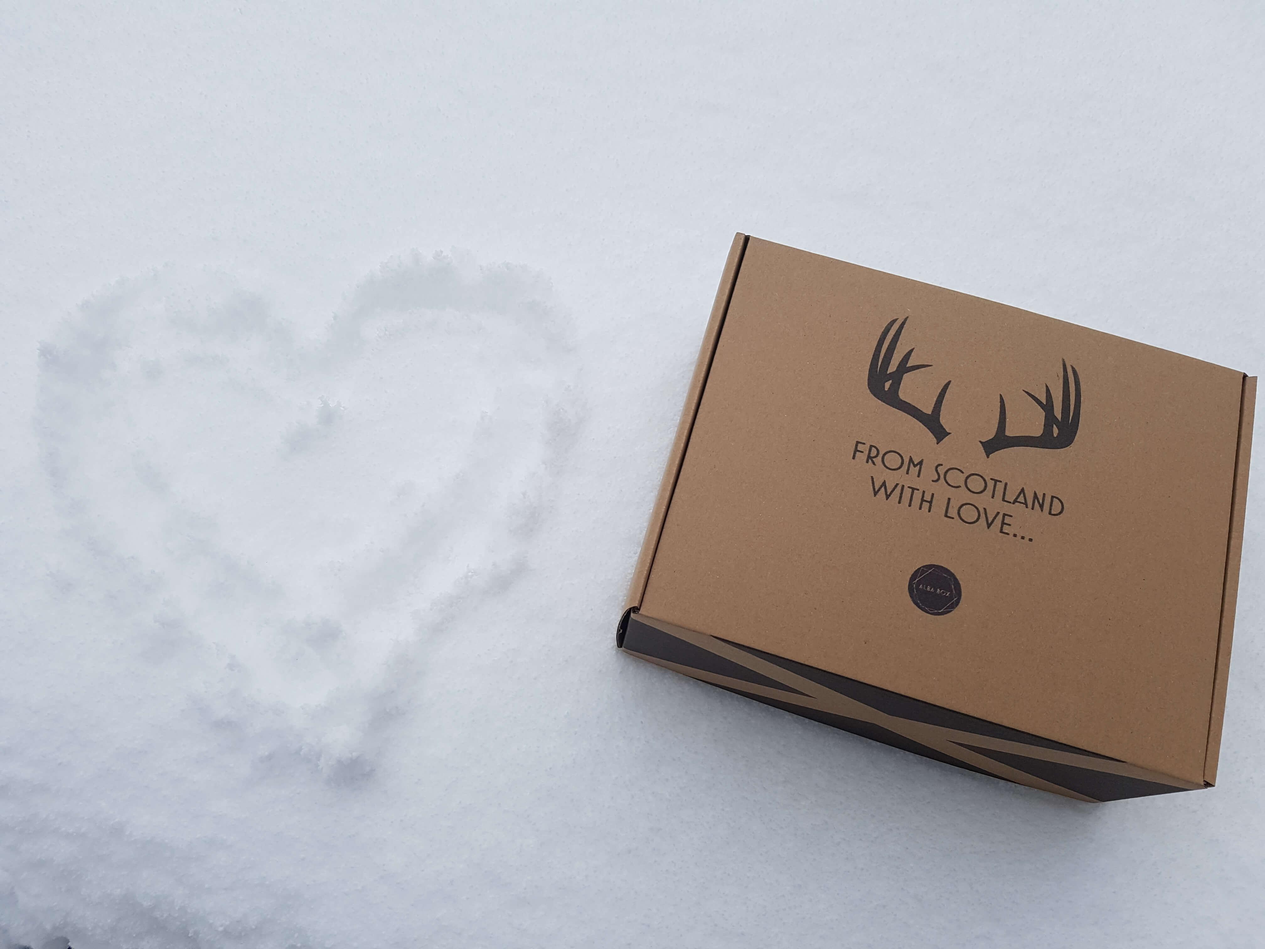 una caja de cartón barata con un logo negro