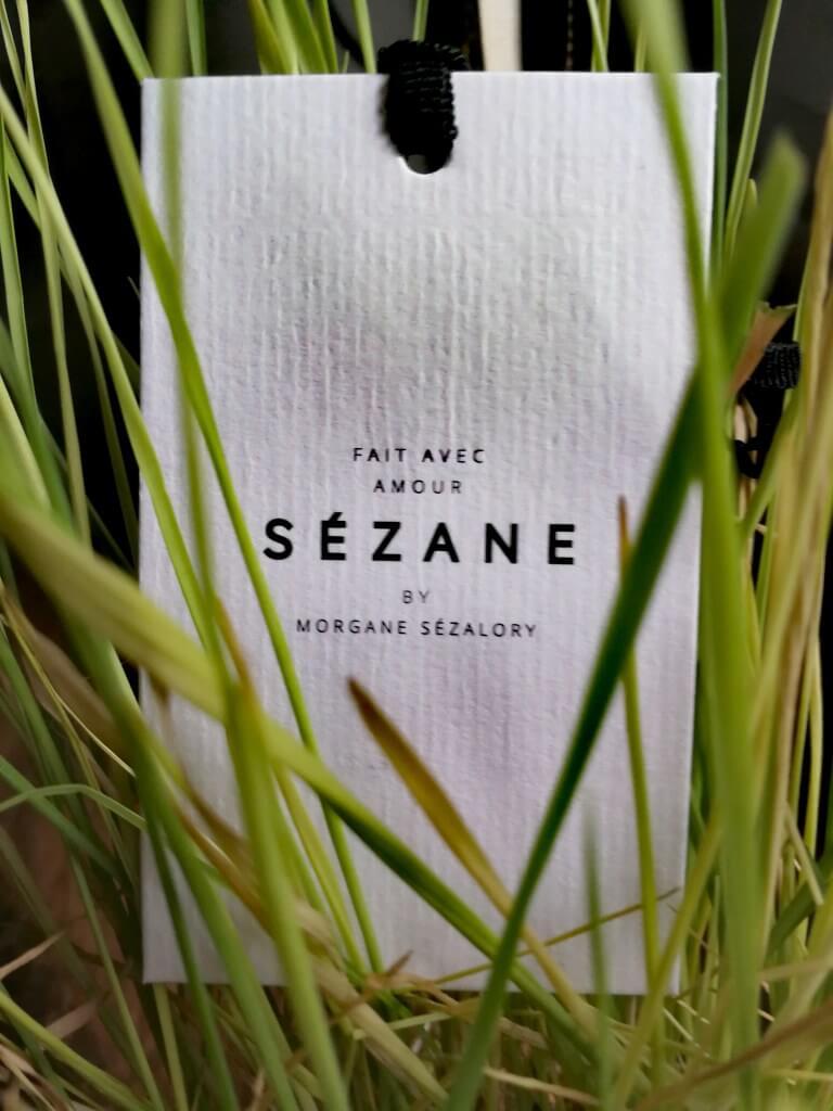 Étiquette de vêtement éco-responsable Sézane dans l'herbe