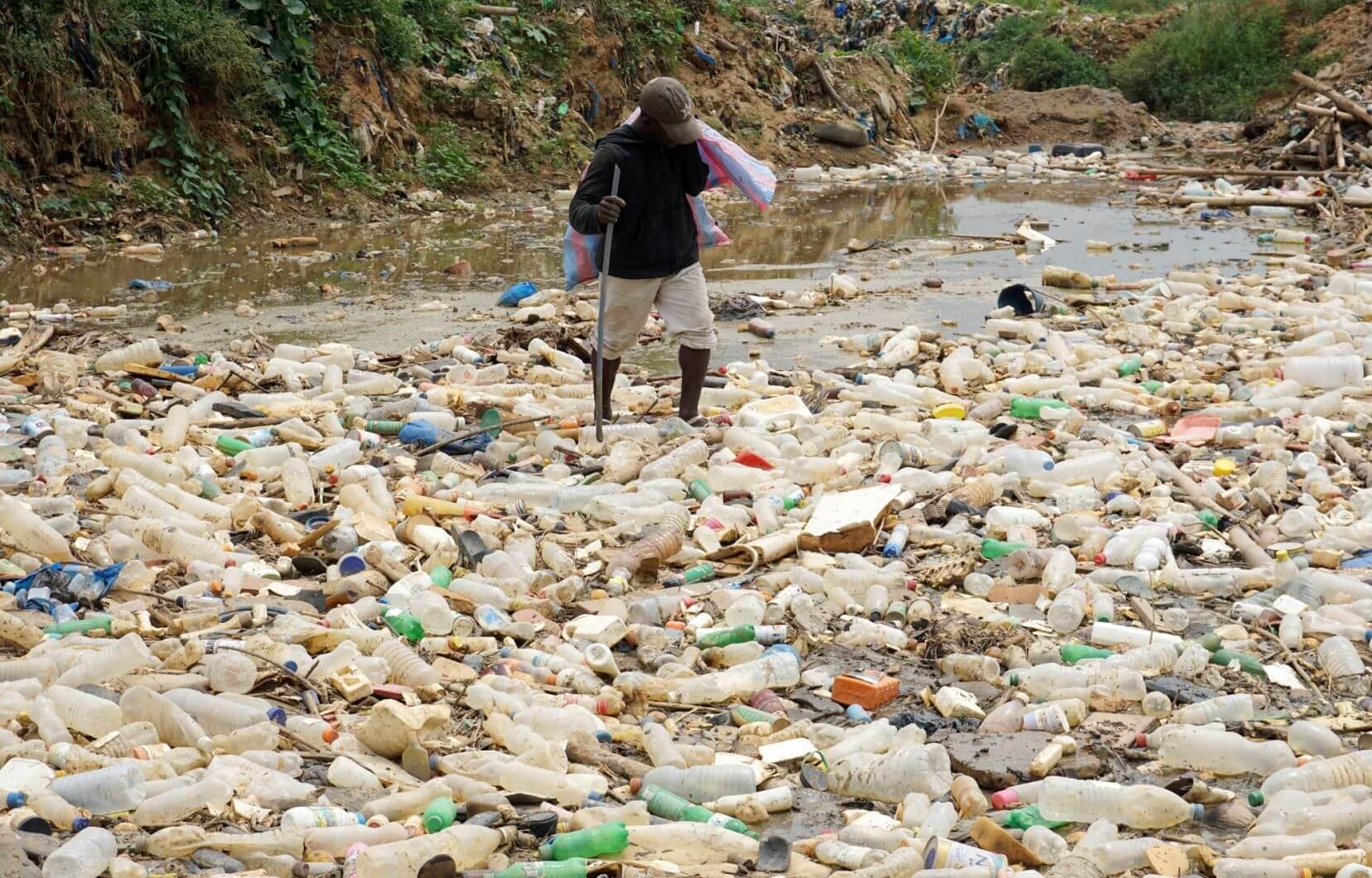 Pile de déchets d'emballages plastiques dans la nature