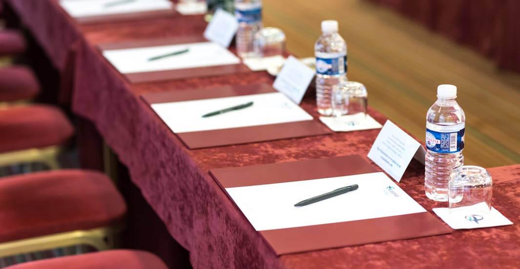 Bouteilles d'eau en plastique sur une table de réunion