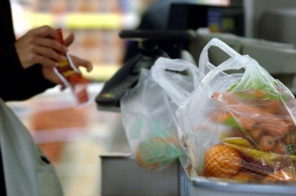 Sacs plastique distribués dans un supermarché