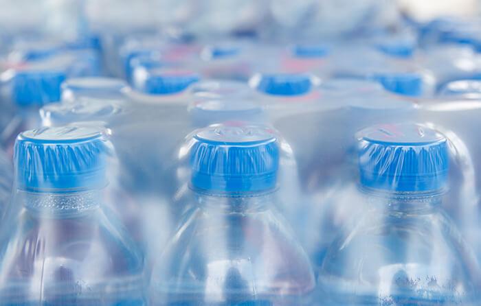 Packs de bouteilles d'eau en plastique